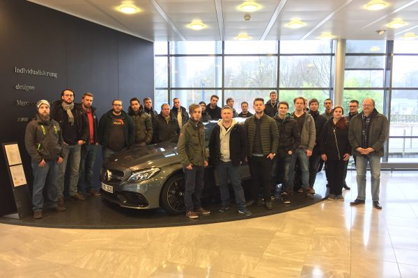 Angehende Techniker/innen besuchen Mercedes Werk in Bremen