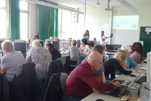 Schüler schulen Senioren – FOS Sozialpädagogik schult Senioren am PC
