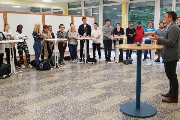 EU-Abgeordneter Tiemo Wölken und MdL Deniz Kurku zu Gast in Kerschensteiner Schule