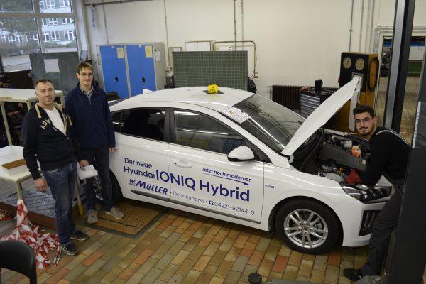 Gesellenprüfung mit Hybrid-Fahrzeug